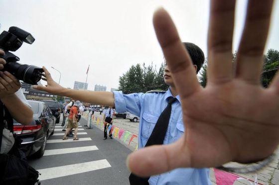 Policial impede fotos durante prisão de manifestantes
