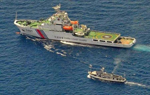 Guarda-costas chinês escoltado por barco filipino perto do recife de Second Thomas.